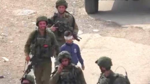 فيديو مؤلم.. جنود صهاينة يعتقلون طفلا فلسطينيا شجاعا ويعتدون عليه وهو معصب العينين