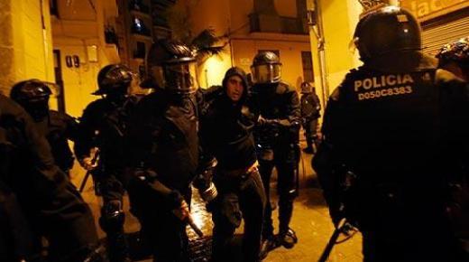 محتلوا 'كان فييس' ببرشلونة يدخلون اليوم الثالث والشرطة في مواجهات عنيفة