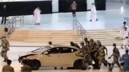 بالفيديو.. سيارة تقتحم ساحات الحرم المكي وتصطدم بإحدى البوابات