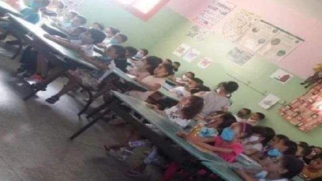 في هذه المؤسسة التعليمية التقطت صورة التلاميذ المكتظين..!