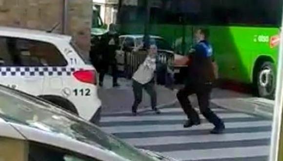 بالفيديو.. اعتقال طبيبة حاولت طعن شرطي بعد قتلها ثلاثة مواطنين