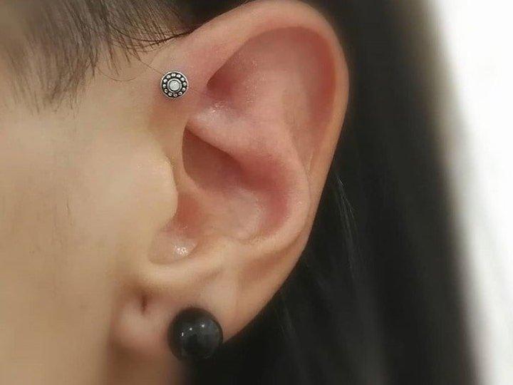 single forward helix piercing