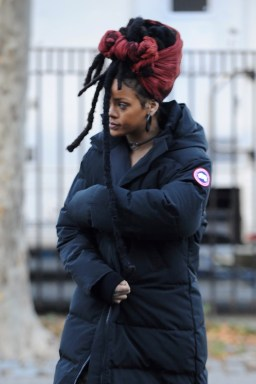 Rihanna goes back to New York to film Ocean's Eight on November 22, 2016 dreadlocks
