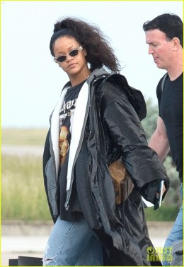 rihanna-heads-home-to-barbados-for-the-holidays-03