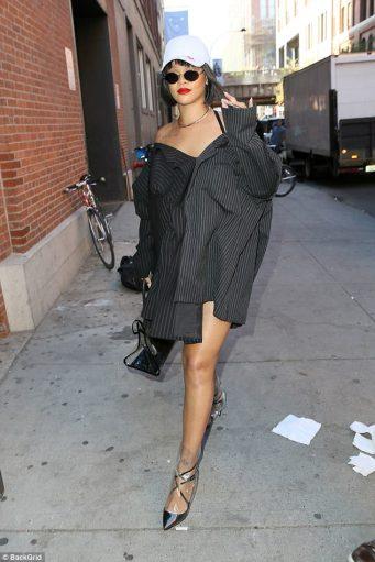 Rihanna rocks short hair in New York October 19, 2017 rihanna-fenty.com