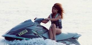 Rihanna pilotando jet ski de pernas cruzadas