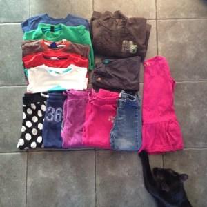 Saturday/Lauantai 13.6.2015. Minimalismipelin 13.päivänä poistuu 13 pieneksi jäänyttä lastenvaatetta. Kissa siirtelee pelimerkkejä. #minimalismipeli #minsgame #clothes #blackcat