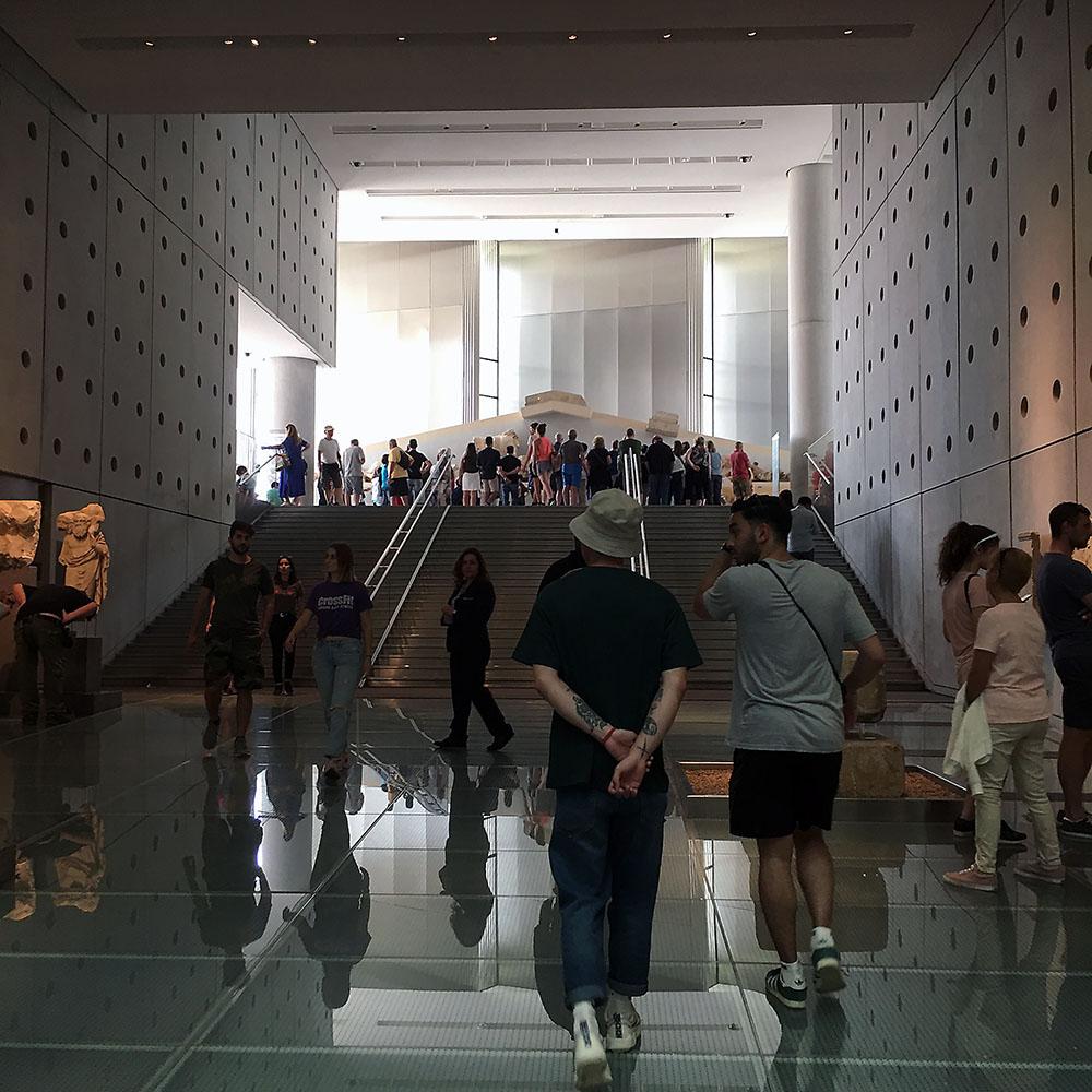Käynti Akropolis-museon saleihin.