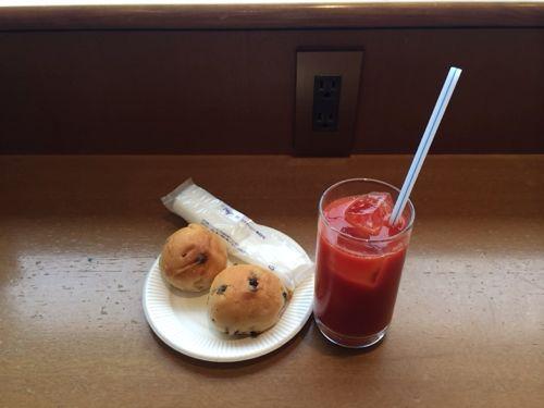 ラウンジのパンとトマトジュース