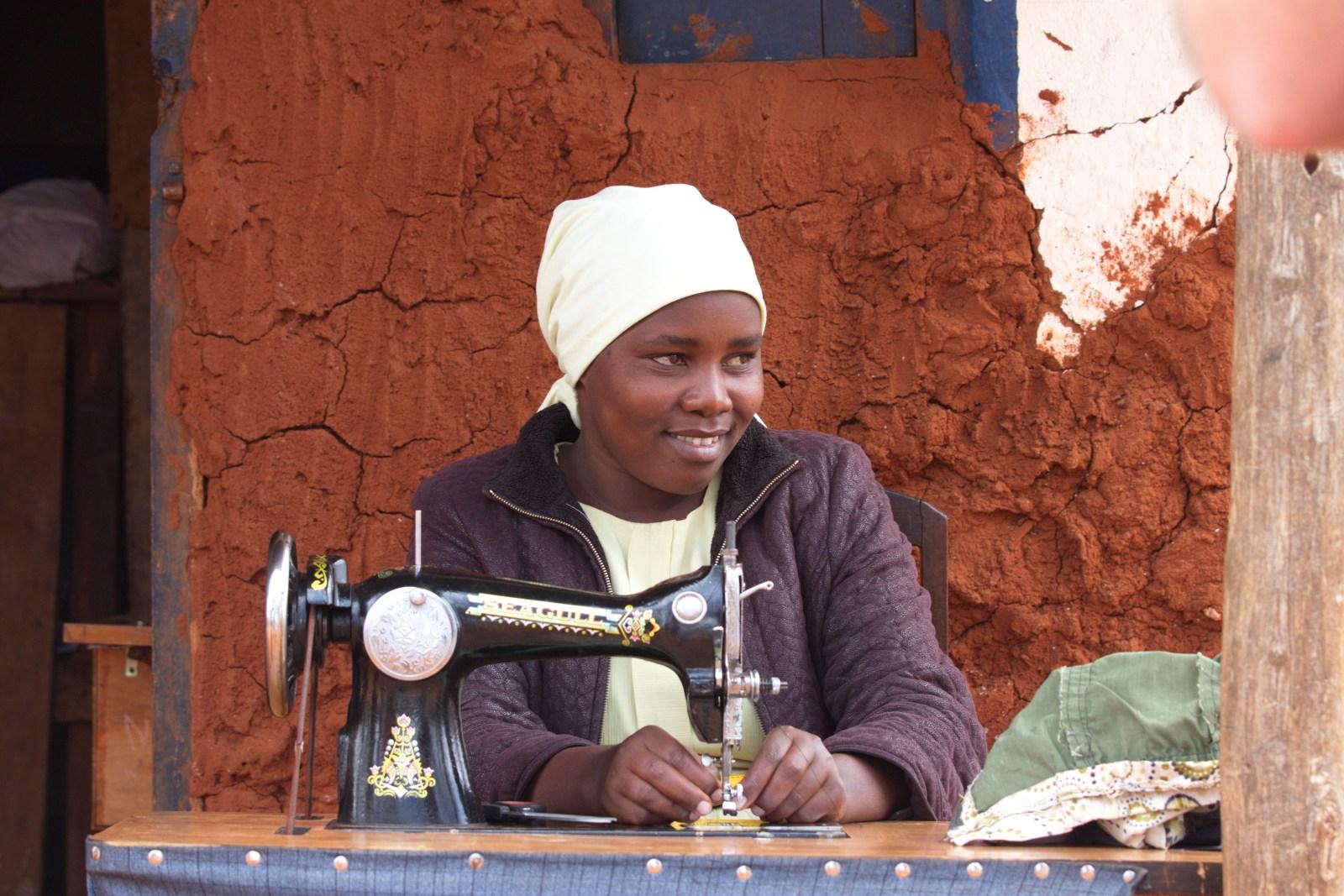 En kvinna som använt sitt mikrolån för att köpa en symaskin
