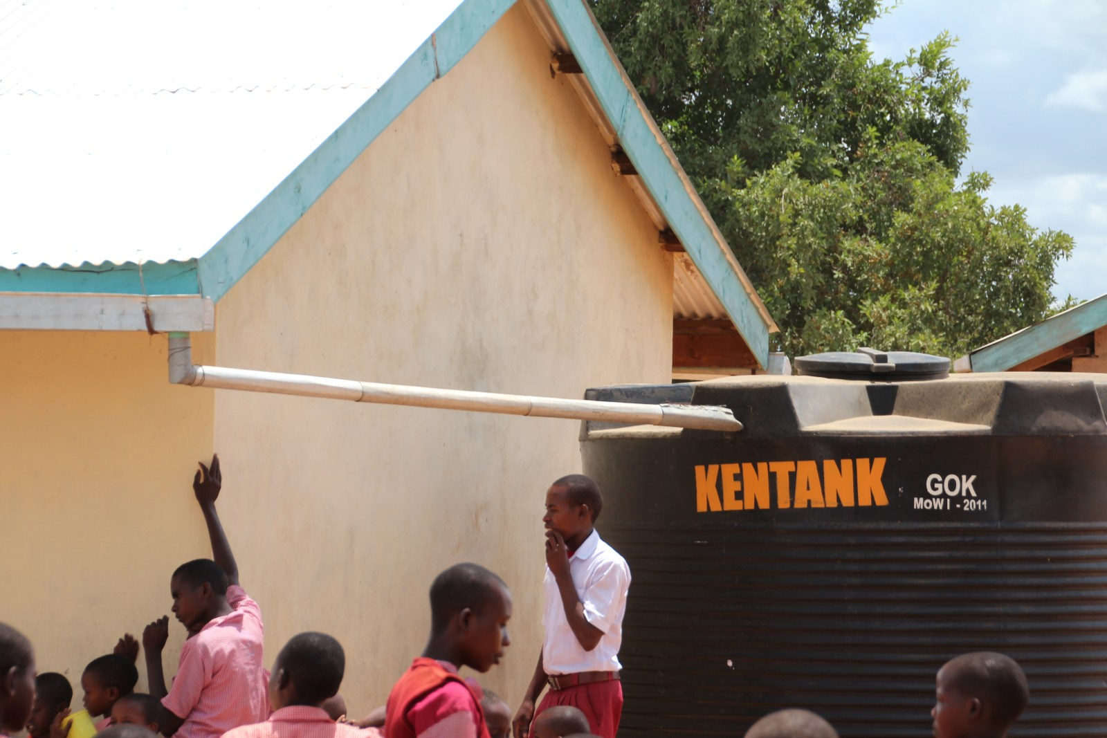Små saker som en hängränna och en vattentank kan försörja flera hundra elever och lärare med vatten. Finansierat av Better Globe i Mboti Kenya