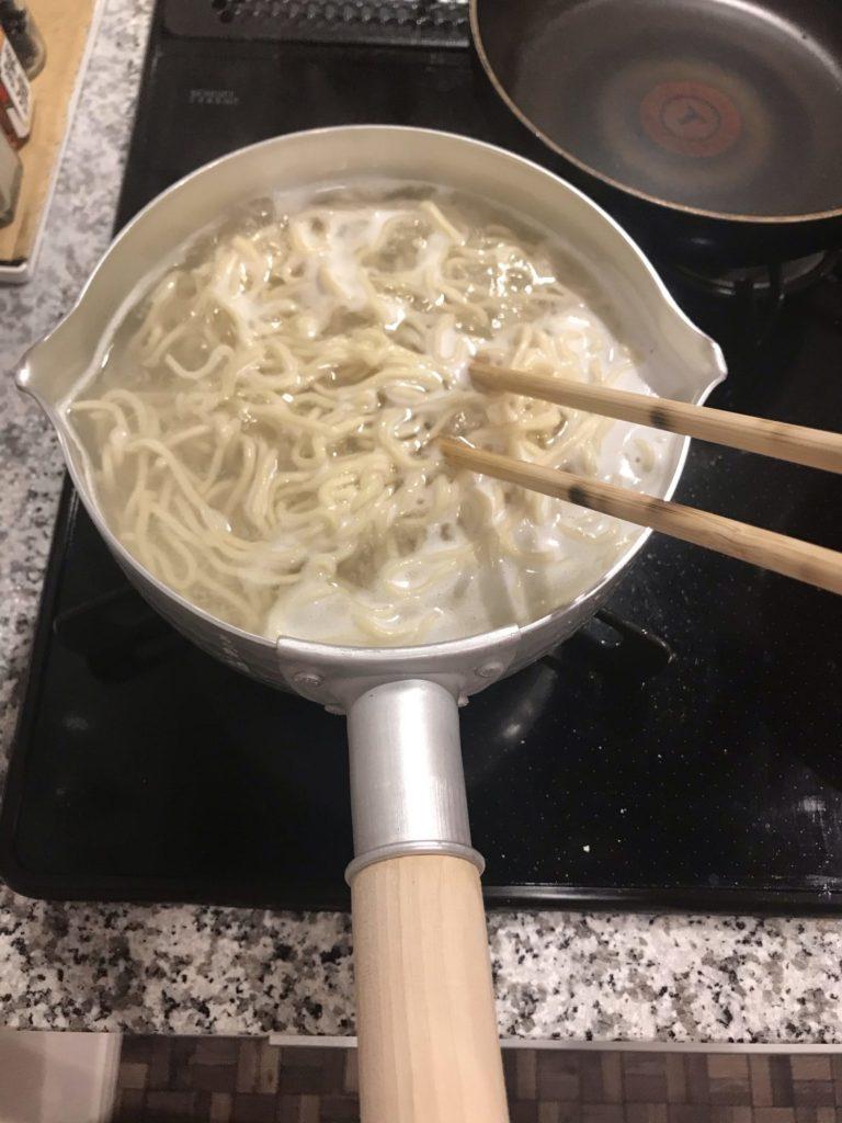 中本の麺を茹でる