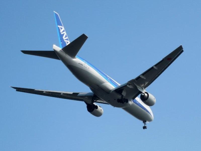 着陸態勢に入ったANAの飛行機