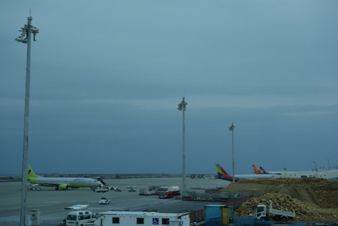 那覇空港のANAラウンジから見る飛行機