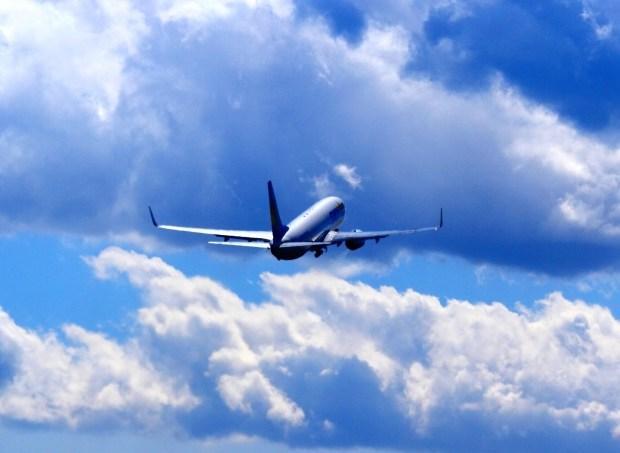 上昇する飛行機