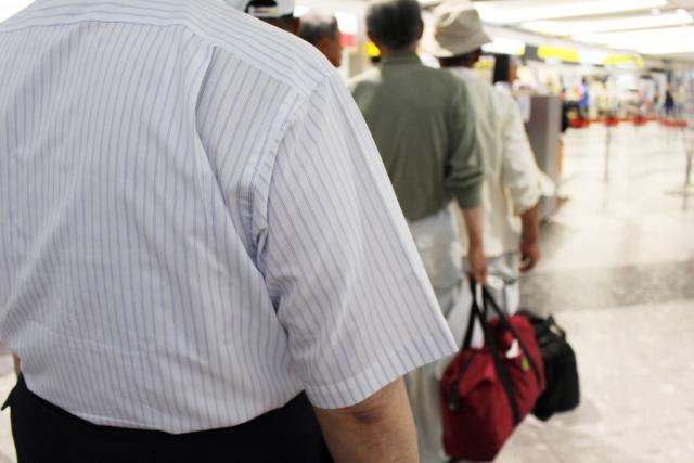 空港の手荷物検査の行列