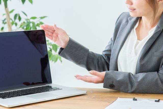 パソコンを使って商品を説明する女性(アフィリエイト)