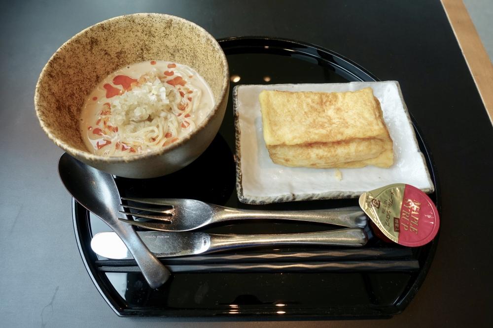 羽田空港国際線ターミナル キャセイパシフィック航空ラウンジ ヌードルバー 担々麺とフレンチトースト