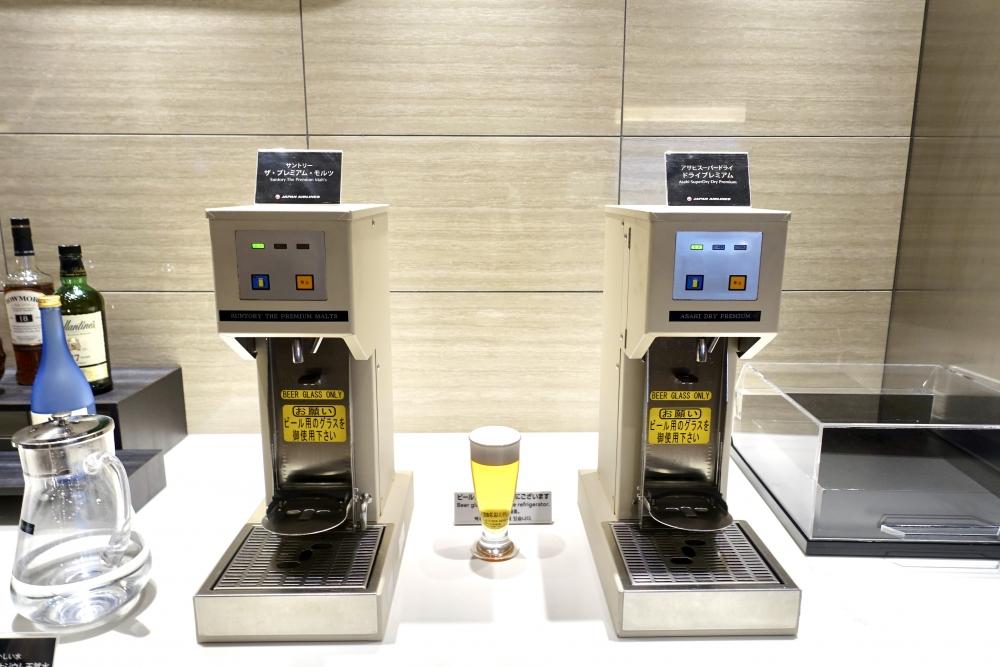 羽田空港国際線ターミナル JALファーストクラスラウンジ シーティングエリア ドリンクバー ビールサーバー