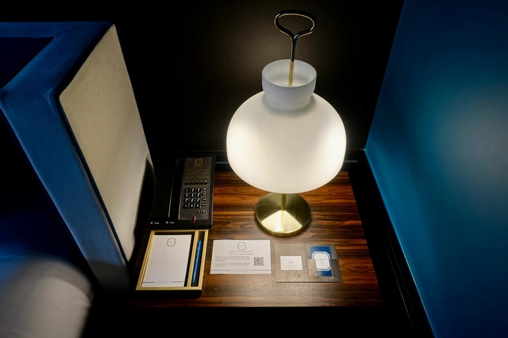 Le roch インダルジェンススイート ベッドサイドのランプと電話機