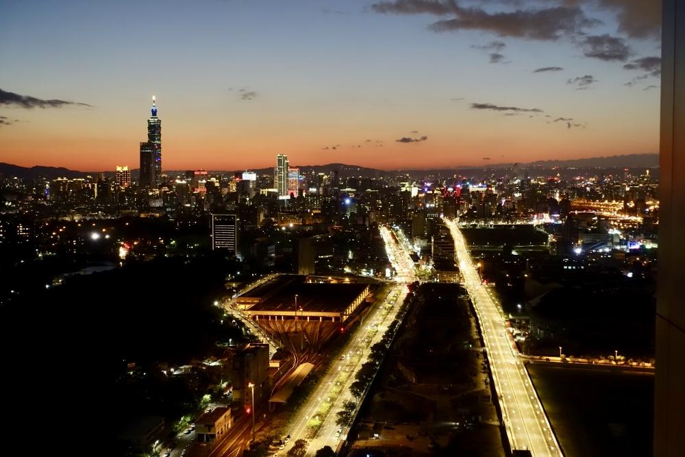 コートヤード台北エグゼクティブラウンジテラスから臨む台北の夕暮れ