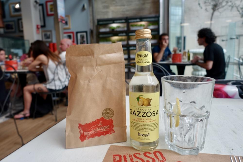 ロッソポモドーロミラノ中央駅店で注文したレモネードとパン