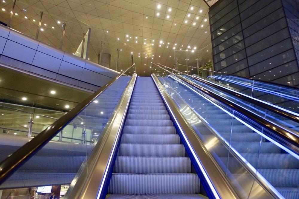 カタールドーハ国際空港アルムルジャンビジネスラウンジへのエスカレーター