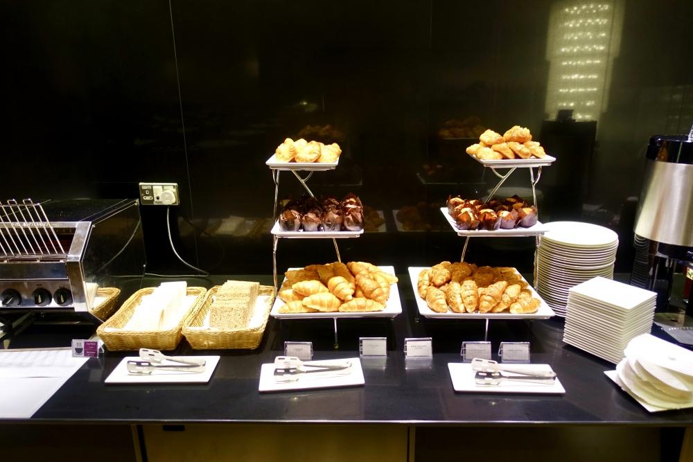 カタール航空ドーハ国際空港アルムルジャンビジネスラウンジ朝食ブッフェデニッシュ、トーストなど