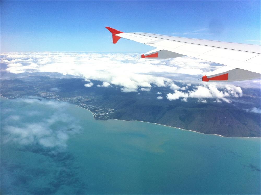飛行機の羽と青い海