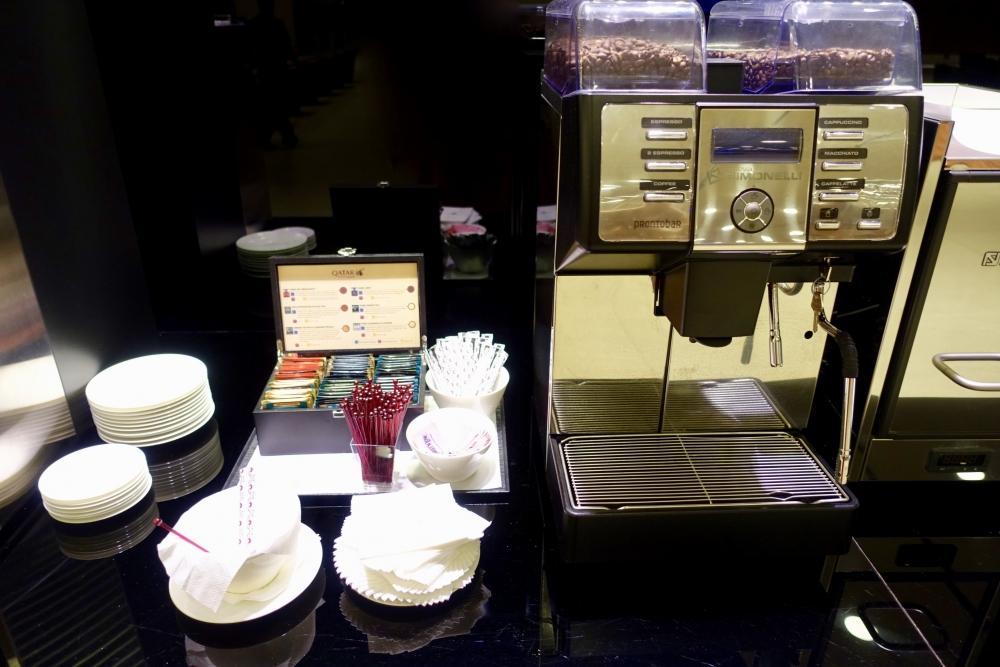 カタール航空ハマド国際空港のファースト・ビジネスクラス専用入国審査室コーヒー