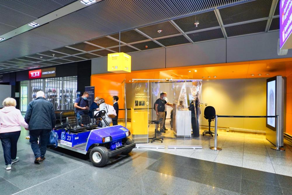 フランクフルト国際空港・セネターラウンジ・エントランスで書類チェック