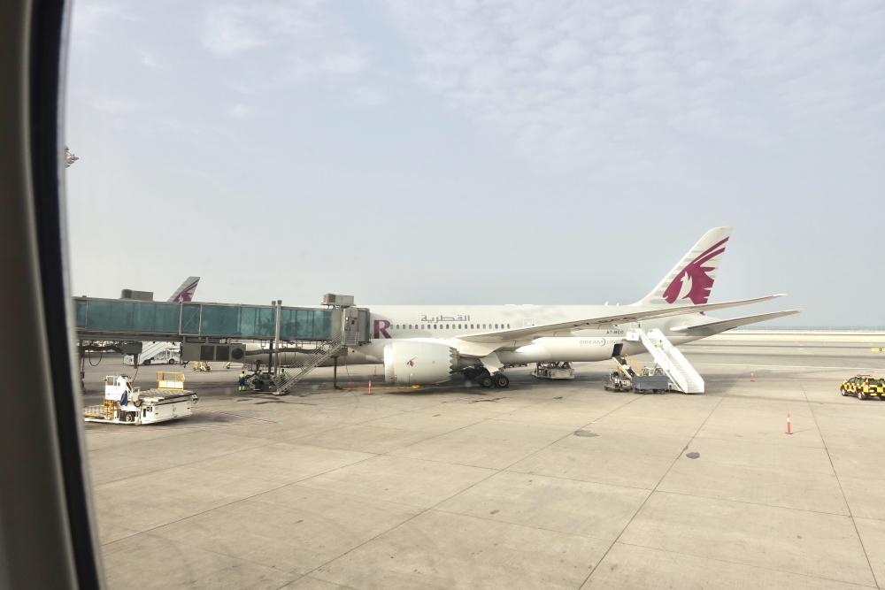 カタール・ドーハ・ハマド国際空港駐機場に到着