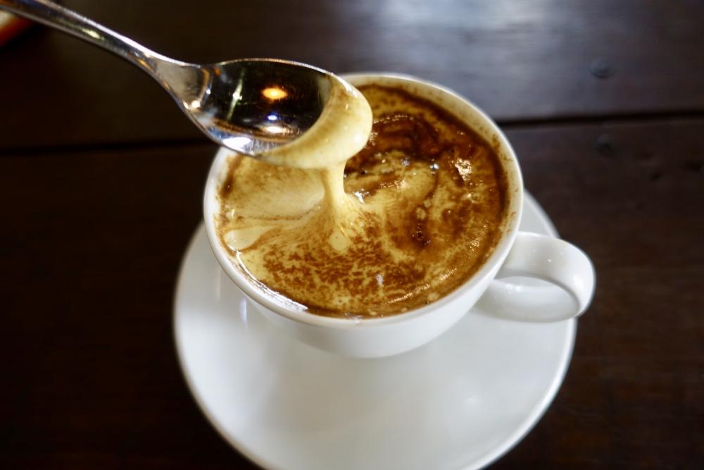 エッグコーヒーの名店Little HaNoi Egg coffeeエッグコーヒーは濃厚!