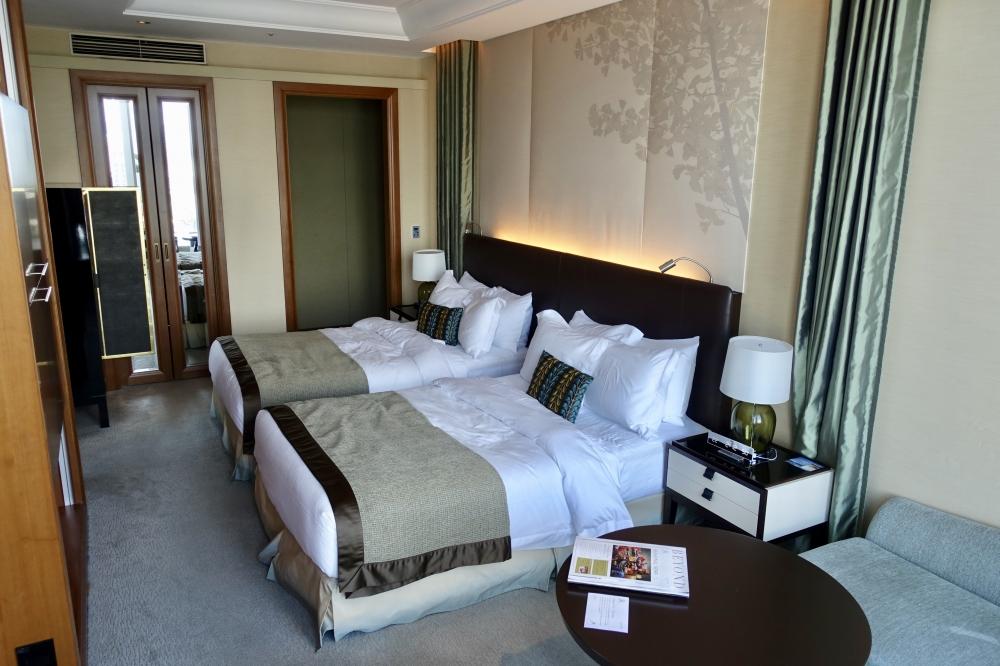 セントレジス大阪グランドデラックスプレミアのベッドルーム全景