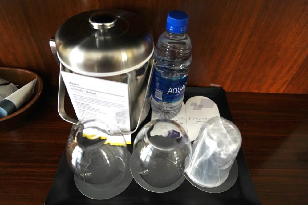 モアナサーフライダーのホスピタリティルームは飲料水も完備