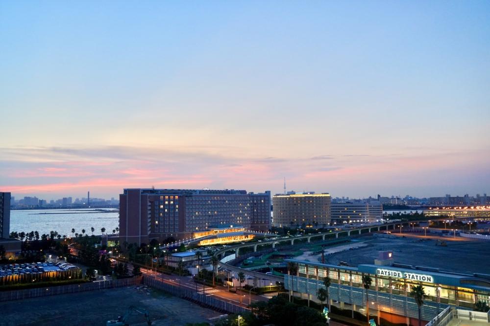 シェラトン・グランデ・トーキョーベイ・ホテル/パークウィング客室のバスルーム窓からの眺め