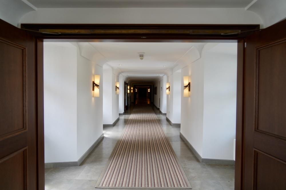 オーガスティンアラグジュアリーコレクションホテルプラハの廊下
