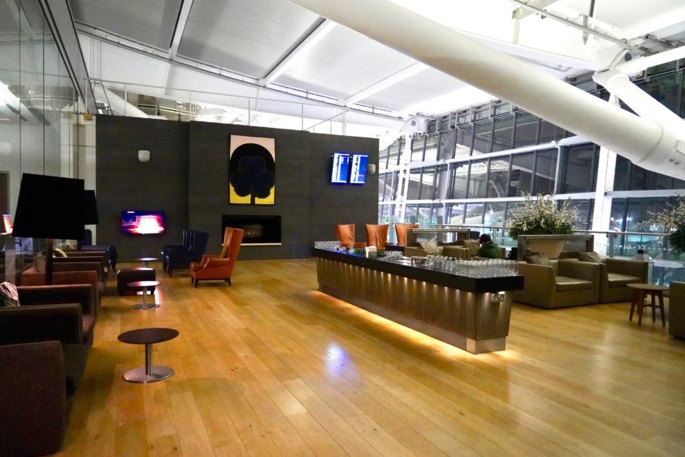 ロンドン・ヒースロー空港・ブリティッシュエアウェイズ・ファーストラウンジのブッフェ・テラス
