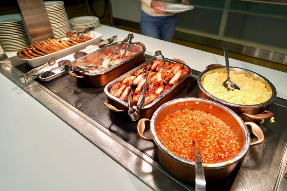 ロンドン・ヒースロー空港・ブリティッシュエアウェイズ・ファーストラウンジのブッフェ・朝食メインはイギリスのフルブレックファスト2