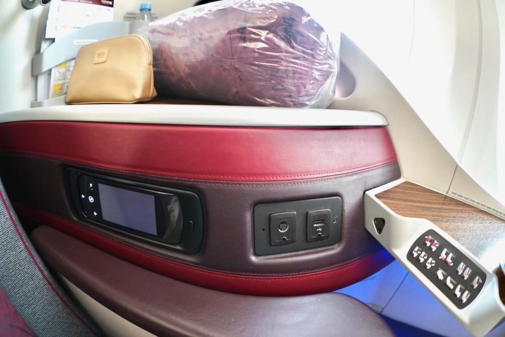 カタール航空B789ビジネスクラスの肘掛機能