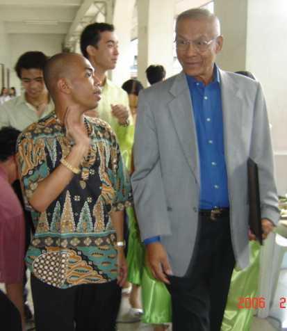 Yumul conferring with Senator Rodolfo Biazon