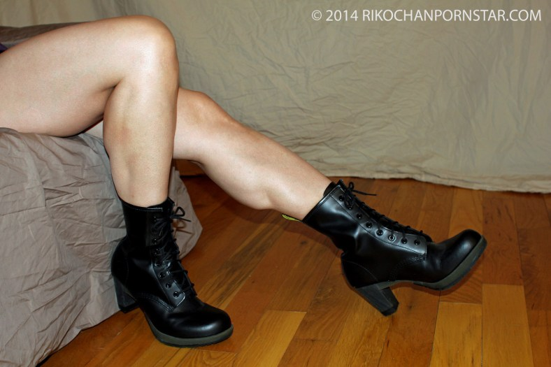 RIkochan's muscular legs progress picture with fetish boots