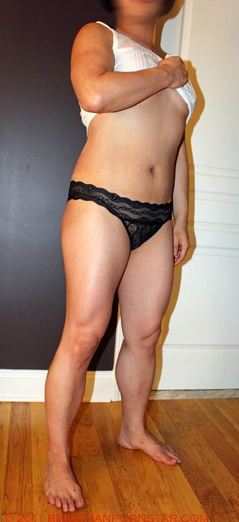 Female bodybuilder Rikochan legs and abs in soft off-season condition