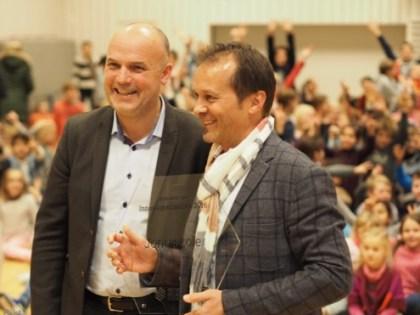 Innovasjonsprisen vises fram av rektor Frode Sømme (til høyre) på Jong skole. Her sammen med Trond Ingebretsen, direktør for Senter for IKT i Utdanningen (til venstre)