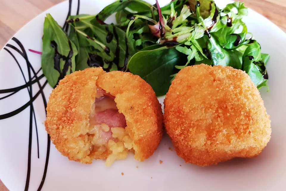Arancini di roso (Stuffed saffron risotto fritters)