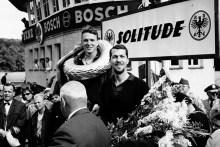 Fallece Dan Gurney, el primer piloto que descorchó una botella de Champán en el podio