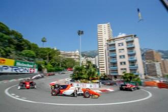 Roberto Merhi en el podio de F2 en Mónaco