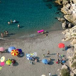 PLAYA LA CHARCA Conocida también como Solamar, y la playa del Peñón