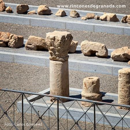 CAPITELES Y COLUMNAS - TEATRO ROMANO DE GUADIX
