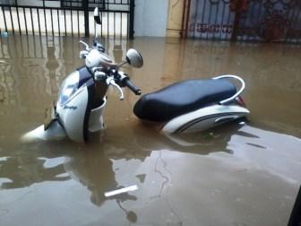 Si kupi hampir tenggelam di depan rumah :D